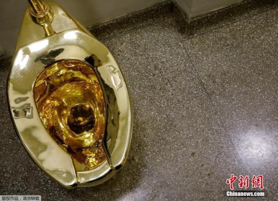 """当地时间2017年8月30日,美国纽约,古根海姆博物馆展出了一座黄金打造的马桶,而这座马桶被命名为""""美国""""。据悉该马桶展出将于9月15日结束。"""