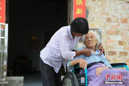 资料图:照顾老人。姜涛 摄