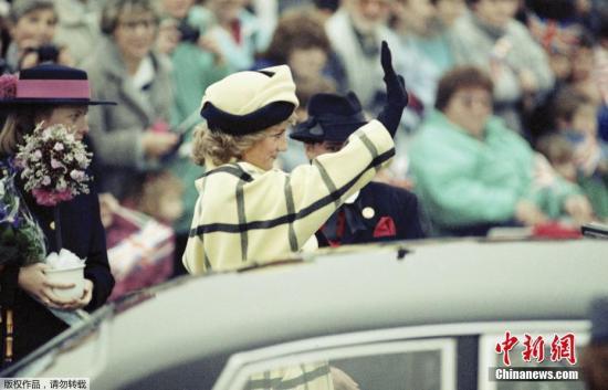 资料图:戴安娜王妃随查尔斯王子一同抵达德国柏林,在机场同当场迎接的民众挥手致意。