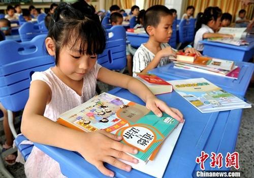 """上海教委就教科书""""外婆""""改""""姥姥""""致歉:将规复"""