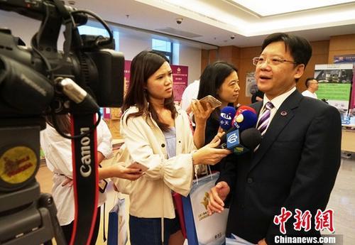 资料图:2017年8月31日,2017上海海峡两岸青年创业大赛总决赛暨颁奖典礼在上海金山举行。上海市台协会长李政宏(右)对媒体表示,没想到大陆那么重视青年创业,这也为台湾青年提供了寻找自身更大的成长空间之机会。<a target='_blank' href='http://www.chinanews.com/'>中新社</a>记者 潘索菲 摄