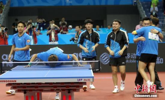 9月1日,天津全运会乒乓球男子团体决赛在武清体育馆举行,上海队胜四川队,获得金牌。图为上海队庆祝胜利,赵子豪亲吻球桌。记者 张宇 摄