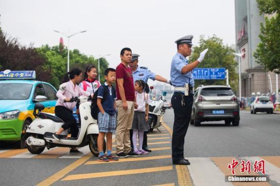 资料图:交警正在指挥交通。汪勇 摄