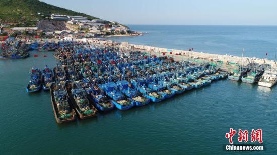 8月31日,在烟台开发区初旺渔港,当地渔民做着开渔前最后的准备,边防民警给渔船进行安全检查。为期四个月的黄渤海伏季休渔期于9月1日中午12点结束。 方毅 摄