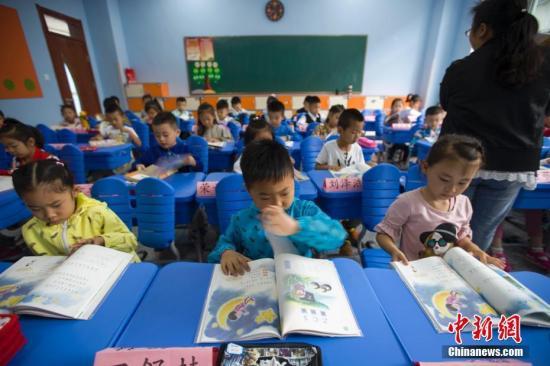 9月1日,中国教育部统一组织新编的义务教育《道德与法治》、《语文》、《历史》三科教材,在中国所有地区初始年级开始投入使用。张云 摄