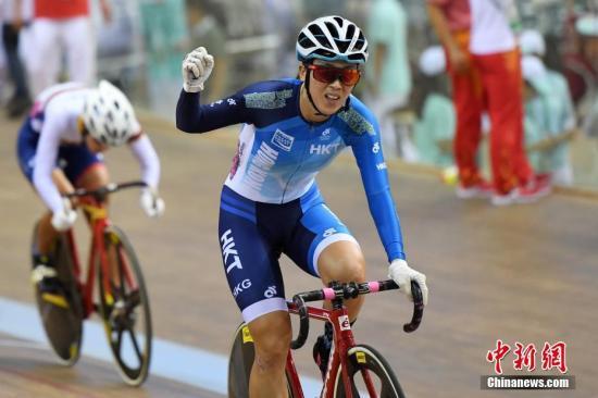 9月1日,天津团泊体育中心自行车馆,香港自行车队的逄��和杨倩玉在场地自行车女子麦迪逊赛中发挥出色,以总分35分夺得金牌,这是中国香港代表团第十三届天津全运会的首枚金牌。 中新社记者 武俊杰 摄