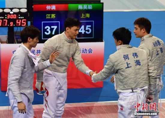 一金一铜,北京奥运会冠军仲满结束了他的全运征程。9月1日,惊险夺得第十三届全运会男子佩剑团体铜牌后,这位老将宣布正式退役。图为仲满(左二)参加当日的赛事。中新社记者 翟羽佳 摄