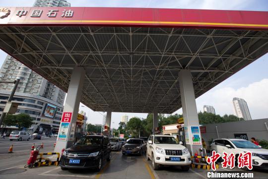 山西太原,车辆正在加油站里加油。 张云 摄