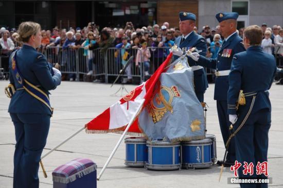 图为加拿大总督约翰斯顿(右)向空军旗手正式授旗。作为英联邦国家,加拿大的皇家空军旗包括女王旗和统帅旗。 <a target='_blank' href='http://www.chinanews.com/'>中新社</a>记者 余瑞冬 摄