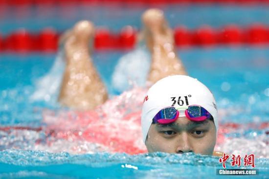 9月2日,天津全运会男子200米自由泳决赛在天津奥林匹克中心游泳跳水馆举行,浙江选手孙杨以1分45秒15夺冠。 中新社记者 富田 摄