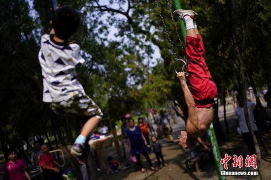 9月2日,天津西沽公园,常年活跃着一群以单杠、双杠、吊环、爬杆等为主要器械锻炼身体的老年人。 中新社记者 佟郁 摄