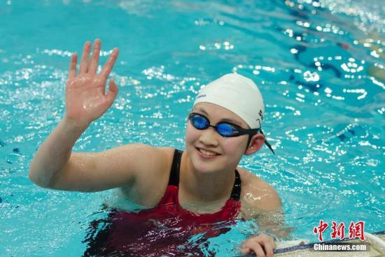 9月1日,天津全运会游泳比赛女子400米自由泳决赛,15岁的河北队选手李冰洁以4分01秒75刷新亚洲纪录。中新社记者 李卿 摄
