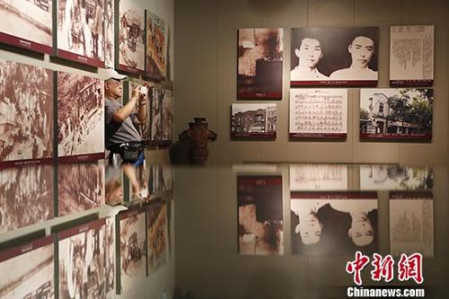 资料图:民众来到位于上海杨浦区的国歌展示馆参观,了解国歌的诞生历史。中新社记者 殷立勤 摄