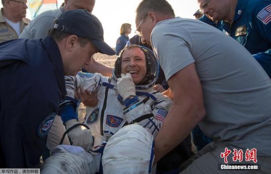 """当地时间2017年9月3日,哈萨克斯坦,据俄罗斯卫星网报道,俄罗斯地面飞行控制中心向记者表示,三名宇航员搭乘""""联盟MS-04""""号飞船的返回舱从国际空间站平安返回,成功降落在哈萨克斯坦境内。据悉,返回地面的是俄航天集团公司宇航员费奥多尔·尤尔奇欣、美国宇航员佩吉·惠特森和杰克·费希尔。在国际空间站下一批53/54考察组抵达前,继续驻留在空间站上的还有3名宇航员,分别是俄罗斯宇航员谢尔盖·梁赞斯基, 美国宇航员兰道夫·布莱斯尼克和意大利宇航员保罗·内斯波利。"""