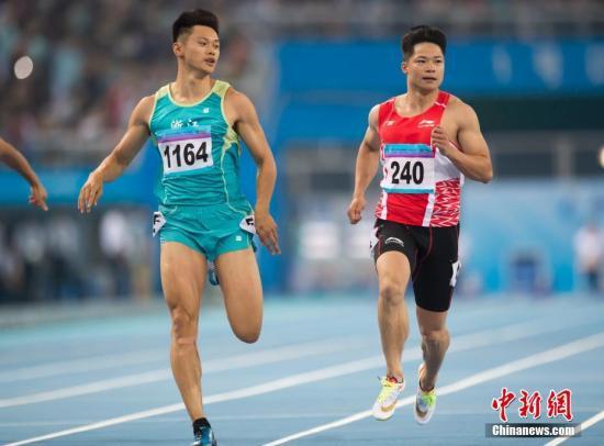资料图:2017年天津全运会,谢震业击败苏炳添夺得全运会金牌。图为谢震业(左)及苏炳添(右)在比赛中。记者 李卿 摄