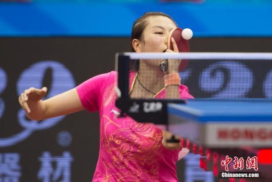 9月3日,天津全运会乒乓球比赛进行女子单打1/8决赛,北京队丁宁对战辽宁队文佳,最终丁宁连胜4局获得胜利。图为丁宁在比赛中。 中新社记者 李卿 摄