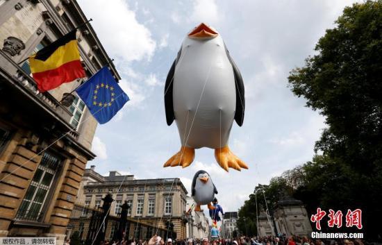 """布鲁塞尔""""连环画节""""上,巨型卡通形象气球参加游行。"""
