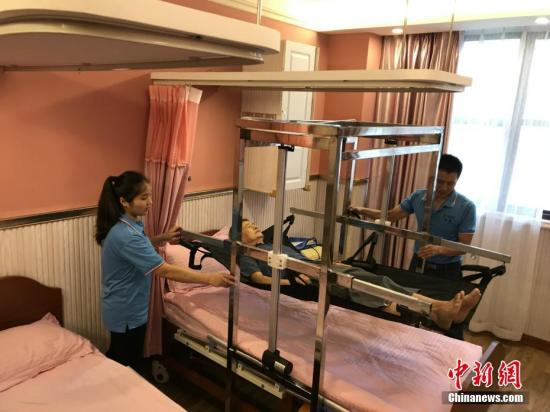 """资料图:重庆一养老服务所自主设计的一款专为失能老人服务的""""移动机""""。钟欣 摄"""