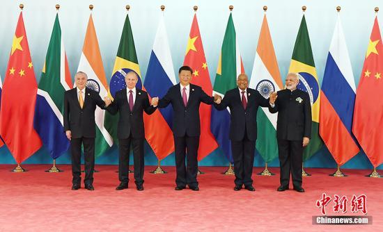 9月4日,金砖国家领导人第九次会晤在厦门国际会议中心举行。会晤开始前,中国国家主席习近平与巴西总统特梅尔(左一)、俄罗斯总统普京(左二)、印度总理莫迪(右一)、南非总统祖马(右二)合影。 记者 毛建军 摄