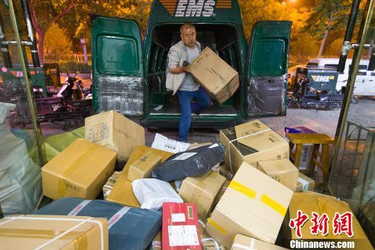 资料图:山西太原,物流业工作人员正在给快递卸车。 张云 摄