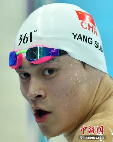 """9月4日晚,天津全运会男子800米自由泳决赛中,孙杨以绝对优势夺冠,在他参加的5项决赛中,获得4枚金牌1枚银牌,直逼上届全运会他获得""""多金王""""的5枚金牌。中新社记者 翟羽佳 摄"""