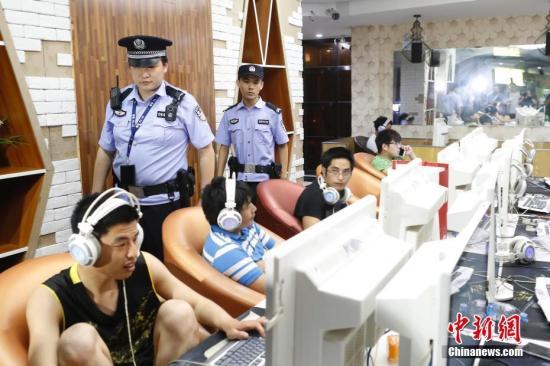 9月4日晚,上海闵行公安分局民警对辖区内网吧进行检查。当晚,上海警方在全市范围设立130余个卡点,组织开展社会治安集中打击整治行动,治安、刑侦、交警、消防、特警、轨交等多警种紧密配合、协同作战,打击现行违法犯罪,整治社会治安秩序,排查公共安全隐患。截至5日凌晨1时,共侦破刑事、治安案件310余起,抓获各类违法犯罪嫌疑人员440余人,清查各类场所6200余家,查处交通违法行为4万余起。中新社记者 殷立勤 摄