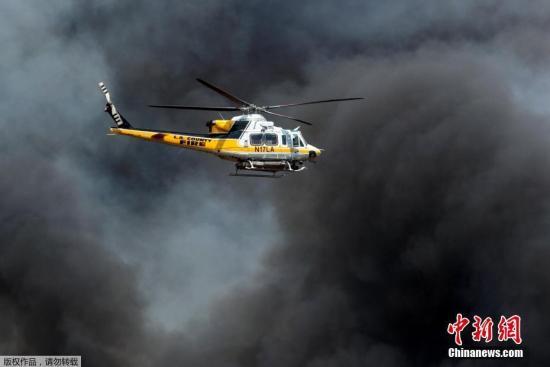 资料图:洛杉矶消防局直升机在火场上空侦察。