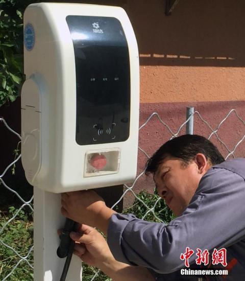 9月5日,施工人员在位于北京城市副中心的华龙小区安装充电桩。目前,本市已基本形成六环内平均服务半径5公里的公用充电网络。公用充电桩在配套方面容易推进,只需要改造即可,而老旧小区由于管道线路老旧,停车难等问题,是目前充电桩的最难点。为了帮助老旧小区居民安装充电桩,北京城市副中心的老旧小区有了新举措,物业协调小区内专门区域设置充电桩,并且享受平价电价。据市城市管理委介绍,为配合北京城市副中心、北京新机场、2022北京冬奥会、2019北京世园会建设,本市正大力加紧上述区域的公用充电桩建设。今年内,至少新建3000个充电桩。城市副中心和首都新机场等重点区域的公用充电桩布局规划,将按照核心区标准布局...