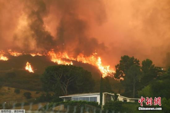 资料图:美国加州洛杉矶山火。