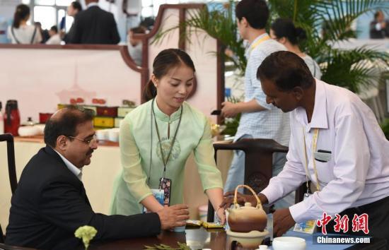 9月4日,位于厦门的金砖国家领导人第九次会晤新闻中心内,服务员向外国记者提供福建产的茶叶供他们品尝。 中新社记者 侯宇 摄