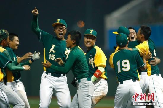 9月4日,天津全运会外子棒球决赛在团泊体育中央棒球场举走,天津队(绿)以4:1制服上海队摘得金牌。中新社记者 富田 摄