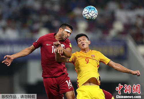 北京时间9月5日,世界杯预选赛赛亚洲区12强赛,中国男足在客场对阵卡塔尔队,这是小组赛的最后一场比赛。图为中国队肖智(黄)。