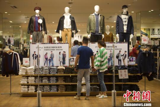资料图:山西太原,民众正在商场选购服饰。 张云 摄