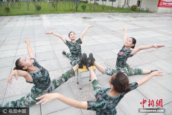 """郑州一高校新生军训 百人齐秀""""一字马""""。 图片来源:视觉中国"""
