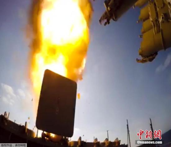 资料图:俄军舰向叙利亚代尔祖尔地区IS设施发射导弹。