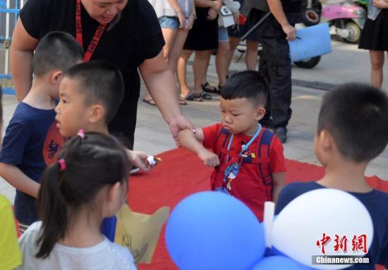 资料图:幼儿园新生入学。吕明 摄