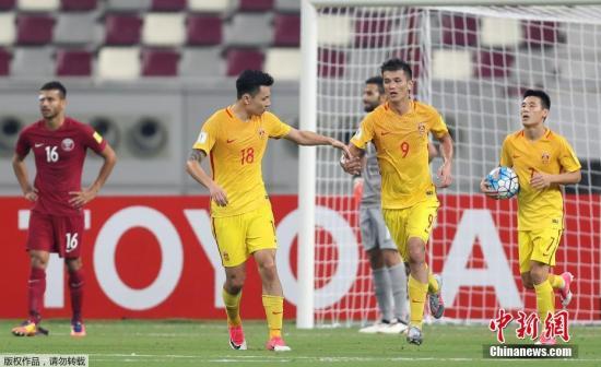 北京时间9月6日凌晨,2018年世界杯亚洲区预选赛12强赛A组结束最后一轮争夺,中国男足做客多哈哈里发球场挑战卡塔尔队。最终中国队2-1战胜卡塔尔队,但因同组韩国队未能战胜乌兹别克斯坦,国足最终排名小组第5,无缘2018俄罗斯世界杯。图为中国队员庆祝。