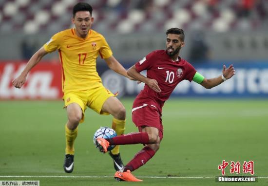 上半场比赛,双方互交白卷。下半场开场仅2分钟,卡塔尔队破门得分。第73分钟,中国队肖智倒地铲射将比分扳平。之后郑智在一次回防中拉倒了卡塔尔队阿费夫,被主裁出示一张红牌,中国队被迫以10人应战。第82分钟,中国队前场左路的踢墙配合,武磊抽射破门,中国队2-1将比分反超。最终中国队2-1客场战胜卡塔尔队,但因同组韩国队未能战胜乌兹别克斯坦,国足仍无缘2018俄罗斯世界杯。图为中国队李学鹏(黄)。