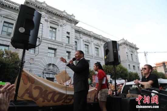当地时间9月5日下午,成百上千人集聚在美国旧金山第七街和米逊街交界的联邦大厦前,抗议特朗普政府废除前总统奥巴马推出的DACA计划。 新时社记者 刘丹 摄