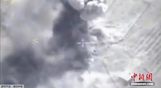 """当地时间9月5日,作为俄海军地中海上常备作战力量执行任务的黑海舰队""""埃森海军上将""""号护卫舰向代尔祖尔地区的""""伊斯兰国""""设施发射了""""口径""""海基巡航导弹。"""