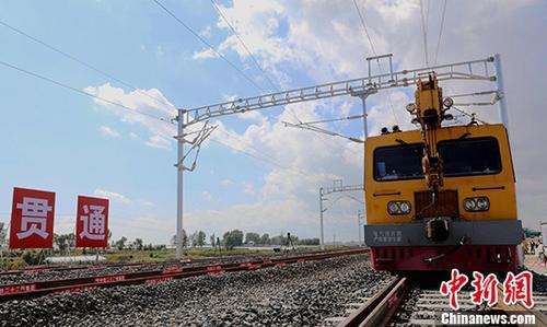 """9月6日10时58分,世界最长的高寒地区快速铁路""""哈尔滨―佳木斯""""线铺轨贯通。新建线路全长343公里,设计时速200千米每小时,全线桥隧比达到了45.68%。建成后,哈尔滨至佳木斯的运行时间将由6个多小时缩短至两小时内,沿途八成城镇为首次通行铁路;对外将辐射俄罗斯远东地区,将直接服务于中俄贸易全方位建设,并提速东北老工业基地的全面振兴。 中新社记者 王舒 摄"""