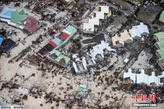 """当地时间9月6日,飓风""""艾尔玛""""过境圣马丁岛后,岛上一片狼藉。""""艾尔玛""""的最大持续风速为每小时185英里(300公里),预计将在9日或10日抵达佛罗里达,将成为两周内袭击美国本土的第二个大型飓风。被飓风袭击后的建筑一片狼藉。"""