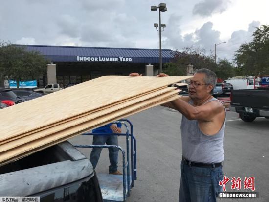 """美国佛罗里达民众提前购买木板,准备迎接飓风""""艾尔玛""""。"""