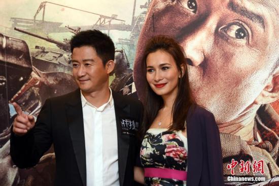 9月6日晚,《战狼Ⅱ》导演及演员吴京(左)率女主角卢靖姗(右)现身香港,出席电影在香港的首映礼。电影《战狼Ⅱ》将于7日在香港上映。中新社记者 谭达明 摄