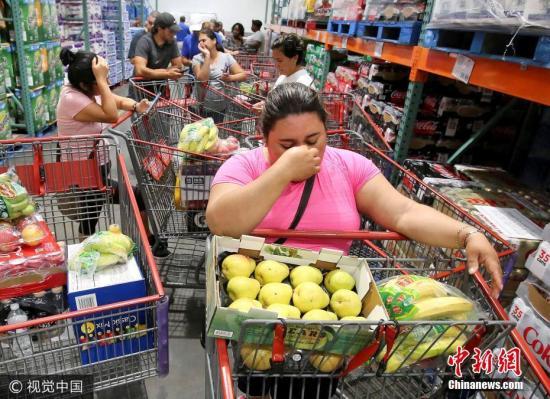 """当地时间2017年9月6日,美国佛罗里达州阿尔塔蒙特斯普林斯 ,民众超市购物囤货备战""""艾尔玛""""飓风。 图片来源:视觉中国"""