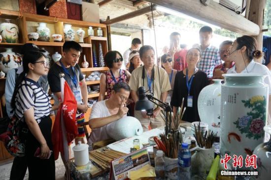 来自世界五大洲十余个国家和地区的近20位华文媒体高层,参访全国唯一以陶瓷文化为主题的国家5A级旅游景区――景德镇古窑民俗博览区。吴华君 摄