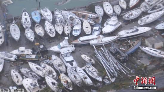"""当地时间9月6日,飓风""""艾尔玛""""过境圣马丁岛后,岛上一片狼藉。图为岛上被吹乱的游艇挤在一起。"""