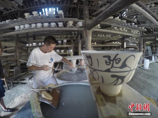 资料图:景德镇古窑民俗博览区手工制作瓷器。杨鸿濂 摄