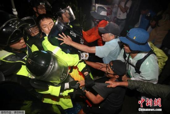 资料图:当地时间9月7日,韩国警方出动大量警力,试图冲破民众封锁道路,现场爆发大规模冲突