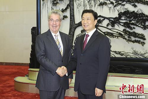 9月7日,中国国家副主席李源潮在北京会见了应全国对外友协邀请访华的奥中友协主席、奥地利前总统菲舍尔。 中新社记者 盛佳鹏 摄